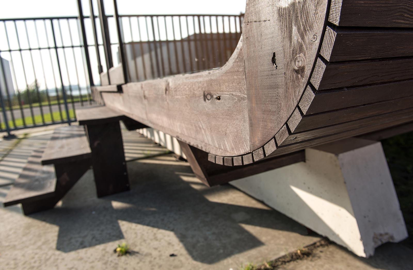 Tine House - Das Papphaus steht erhöht und trocken. Gegen Wind und Wetter schützt die außenseitige Miotex-Folie, sie sollte alle 30 Jahre erneuert werden