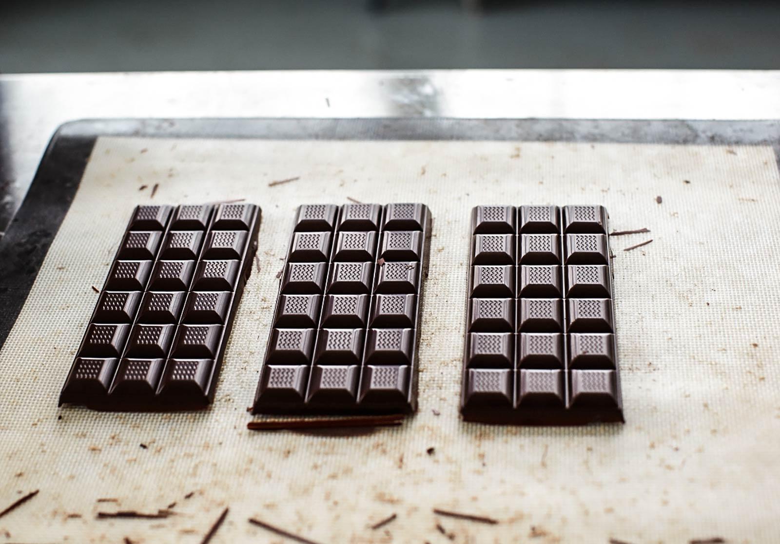 Süße Spezialitäten gibt es in der Manufaktur als seltene, sortenreine Kreationen:Von der Bohne bis zur fertigen Tafel ein transparenter Prozess